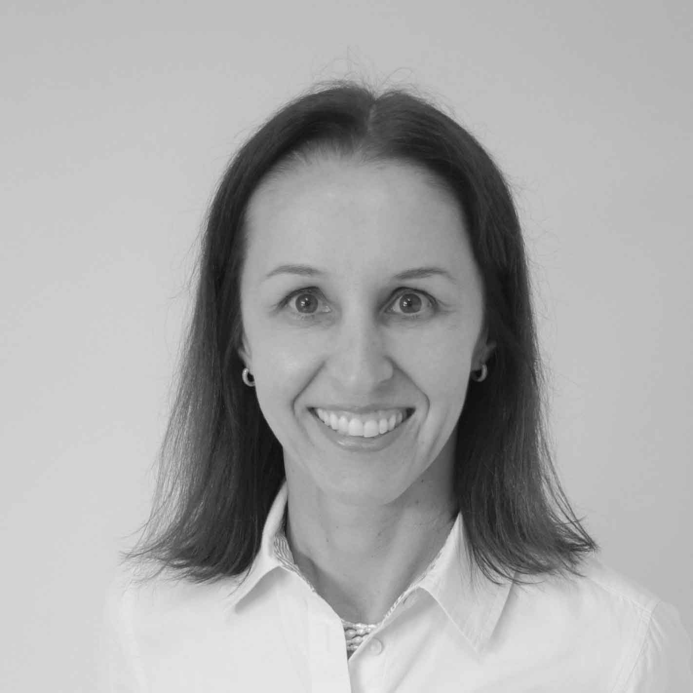 Claudia Pruner, Managing Director, Lateinamerika, SafeStart International, SafeStart Latin America, Profilbild, Portrait, schwarz-weiß, SafeStart, SafeStart International, SafeStart Germany, Sicherheitsgewohnheiten, sicherheitsrelevante Gewohnheiten, Arbeitssicherheit, Sicherheit am Arbeitsplatz, Betriebssicherheit, Sicherheitskultur verbessern, Sicherheitsbewusstsein stärken, Bewusstsein für Sicherheit verbessern, Unfallquoten senken, Unfallzahlen reduzieren, Unternehmenszahlen verbessern, Geschäftszahlen verbessern, kritische Fehler vermeiden, kritische Fehler verhindern, einen positiven Kulturwandel im Unternehmen umsetzen, Mitarbeiterengagement fördern, Mitarbeitereinsatz fördern, Mitarbeiter motivieren, Sicherheit 24/7, rund um die Uhr Sicherheit, sichere Verhaltensweisen, sicheres Verhalten erlernen, universelle Sicherheitsfähigkeiten erlernen, sicherheitsrelevante Fähigkeiten für die Familie, Sicherheitsfähigkeiten für die ganze Familie, sicheres Verhalten für Kinder, sicherheitsrelevante Fähigkeiten für jedermann, Sicherheitsfähigkeiten für alle, Sicherheitstraining für Mitarbeiter, Sicherheit für das ganze Unternehmen, sicherheitsrelevante Fähigkeiten für alle Mitarbeiter, Mitarbeiterverhalten sicher machen, operative Effizienz verbessern, organisatorische Effizienz verbessern, bessere operative Performance erreichen, Qualität verbessern, sicherheitsrelevante Gewohnheiten, sicherheitsrelevante Verhaltensweisen, Risikomuster, Risikoabschätzung, Gefährdungsabschätzung, High Performance gewährleisten, Top-Performance im Unternehmen erreichen, kritische Zustände, kritische persönliche Verfassung, kritische Entscheidungen, kritische Fehler vermeiden, wie Verletzungen passieren, Verletzungen vermeiden, wie man Verletzungen verhindern kann, Unfälle verhindern, wie man Unfälle vermeiden kann, menschliches Versagen reduzieren, menschlichem Versagen vorbeugen, gegen menschliches Versagen vorgehen, Strategie gegen menschliches Versagen, Unfälle reduzieren, Verletzunge